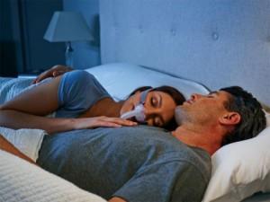 한 여성이 수면성 무호흡을 위한 최적의 치료로 CPAP를 착용하고 있다