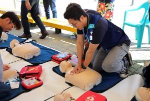 직원들이 GS25 한강이촌2호점에서 심폐소생 교육을 받고 있다