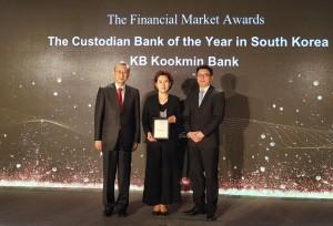 더 아시안 뱅커 파이낸셜마켓 어워드 2018에서 사혜난 KB국민은행 수탁사업부장(가운데)이 한국 최우수 수탁은행 부분을 수상하고 있다