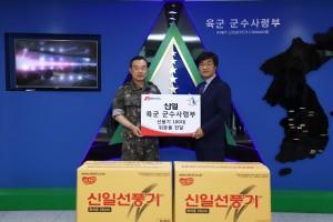 신일 정윤석 대표이사(오른쪽)와 육군 군수사령부 이정근 사령관(왼쪽)이 선풍기 전달식을 진행하고 있다