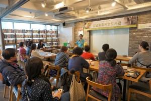 유기농문화센터 강성미 원장이 음식으로 즐기는 다이어트 정석에 대해 강의하고 있다