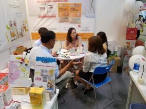 베트남 최대 규모의 베이비페어(VietBaby)에서 에이투젠 강지희 대표(가운데)가 현지 바이어와 굿락투유 프로바이오틱스 제품 구매 관련 상담을 진행하고 있다
