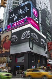 뉴욕 타임스스퀘어 전광판에 상영 중인 방탄소년단 응원 광고