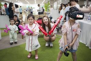 SK텔레콤이 인천시 중구 인하대병원 로비에 마련한 찾아가는 야구장에서 어린이 환자들이 가상현실 기기를 통해 야구 게임을 즐기고 있다