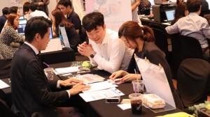김태형 대표로부터 무료 재무 컨설팅을 받고 있는 예비 부부의 모습