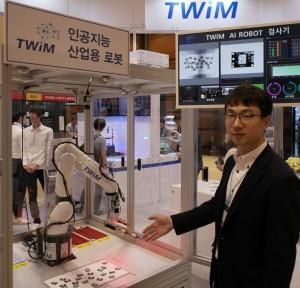 트윔 정한섭 대표가 산업용 AI검사로봇 기술을 설명하고 있다