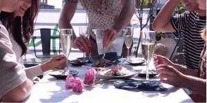 싱글혼밥클럽_플레이팜 연남동 루프탑바에서 남녀 싱글 각각 6명만을 위해 미국인 심마니 셰프 더스틴 웨사 (Dustin Wessa)가 직접 채취한 나물과 야생화로 요리한 야생식탁 요리를 서빙하고있다.