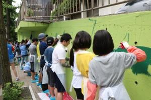신한은행 봉사자들이 폭염속에서도 구슬땀을 흘리며 봉사활동을 하고 있다