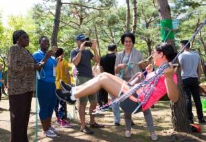 코이카 글로벌연수단 청소년 지도자들이 국립중앙청소년수련원을 방문하여 숲밧줄놀이프로그램을 체험하고 있다