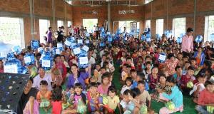 바른우물 완공식에 모인 500여명의 캄풍톰 주민들에게 지급한 물통을 들고 인사하고 있다