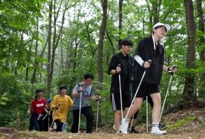 국립중앙청소년수련원과 국민체육진흥공단이 협업으로 진행한 레저 스포츠 자유학기제 캠프 참가 청소년들이 노르딕워킹프로그램을 하고 있다