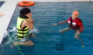 국립중앙청소년수련원 북한이탈 청소년캠프 참가 청소년들이 생존수영프로그램을 하고 있다
