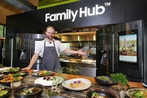 유기농 요리로 유명한 캐나다 출신 올리버 트루스데일 주트라스(Oliver Truesdale-Jutras) 셰프가 패밀리허브를 선보이고 있다