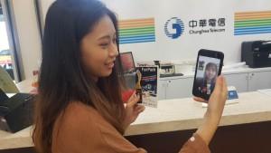 한 고객이 대만 송산공항 중화통신 카운터에서 타이완펀팩 구매 후 투어톡 앱을 통해 영상통화로 통역 도움을 받고 있다