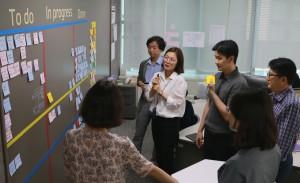 애자일 조직에 소속된 ING생명 직원들이 Daily stand-up meeting을 하면서 서로의 업무를 공유하고 있다