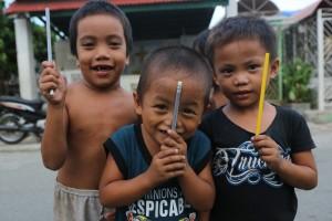 연필을 받고 좋아하는 필리핀 이람 쉘터 아이들