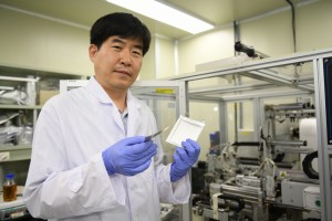 KERI 전지연구센터 이상민 센터장이 얇게 만들어진 리튬금속 이차전지를 들고 포즈를 취하고 있다