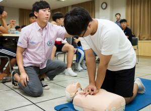 국립중앙청소년수련원 스킨스쿠버 캠프 참가 청소년들이 수상사고를 대비하여 응급처치 교육을 하고 있다