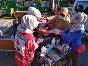 PMI members were binding a wound of an earthquake survivor (Photo: Business Wire)