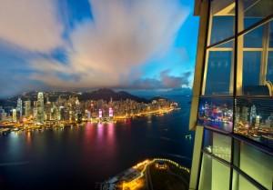 sky100 홍공전망대는 XRL 홍콩 웨스트 구룡역에서 불과 10분 거리에 위치해 있다