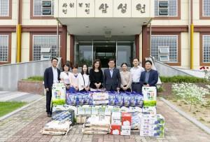 한국농수산대학 허태웅 총장과 교직원들이 전주시 완산구에 위치한 아동복지시설인 삼성 휴먼 빌을 방문해 위문품을 전달했다
