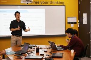씨큐브코딩 박영훈 연구원이 코딩 동아리 수업을 진행하고 있다