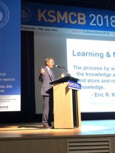 올해의 대한민국최고과학기술인상 수상자 강봉균 교수가 한국분자·세포생물학회 정기학술대회에서 강의하고 있다