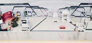 설치가 끝난 NextGenAM 프로젝트의 자동화 적층제조 시험생산 시설 전경. 왼쪽부터 오른쪽으로 와이어컷 장비, 산업용 로봇 제조업체 KUKA의 로봇, 3D 광학측정기, 3D 프린팅 셋업 스테이션, 3D 프린팅 언패킹 스테이션, 자율 이동장치(빨간 물체), EOS M 400-4 프린터, 3D 프린팅용 분말 공급기(사진에서 보이지 않음)