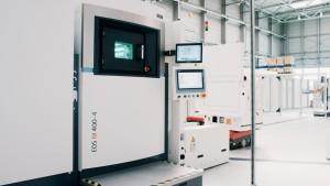 적층제조 공정이 진행되기 전과 진행되는 동안 3D 프린팅용 분말 공급기(IPM M)가 EOS M 400-4 프린터에 적층제조 분말 소재를 공급하고 있다