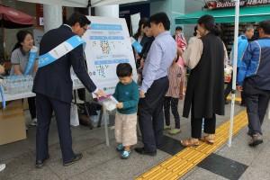 도로교통공단 서울지부, 한국도로공사, 에이치앤디이가 서울 만남의 광장 휴게소에 교통안전 캠페인을 펼치고 있다