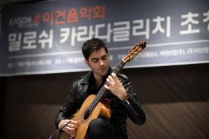 17일 서울 소공동 더 플라자 호텔에서 열린 제 29회 이건음악회 기념 기자간담회에서 밀로쉬 카라다글리치가 미니 공연을 펼치고 있다