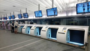 타오 위엔 공항 A1 호선 타이페이 역앞 탑승 코너에서 수하물 체크인 및 탑승 수속