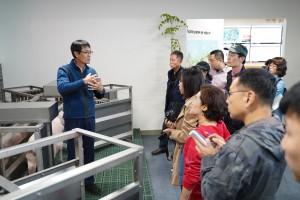 1차 스마트팜 현장체험에서 스마트팜 축산 장비를 설명하고 있다