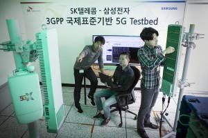 SK텔레콤과 삼성전자 연구원들이 15일 SK텔레콤 분당사옥 5G 테스트베드에서 3.5GHz 대역 5G상용 장비를 다루고 있다.