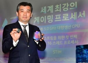 인텔코리아 이주석 전무가 9세대 인텔 코어 i9-9900K 신제품을 선보이고 있다