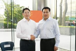 暁星グループの趙顕俊(チョ・ヒョンジュン)会長(左)が8月25日、ソウル盤浦の本社ビルで中国浙江省省長の袁家軍氏(右)と面会し、ビジネスでの相互協力を促進する方法について協議しました。