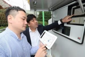 KT 직원들이 KT-MEG을 활용해 연료전지 시설을 점검하고 있다