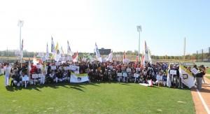 20일 경기도 이천 소재 LG챔피언스파크에서 열린 국내 최대 여자야구 리그 2018 LG컵 한국여자야구대회 개막식에서 여자야구 선수들과 대회 관계자들이 기념 촬영을 하고 있다