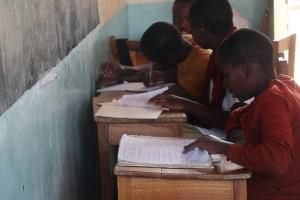 키다말리 중학교 교실에서 학생들이 공부하고 있다