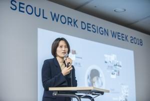 서울워크디자인위크에서 퍼시스 사무환경기획 부문 박정희 상무가 강연을 하고 있다