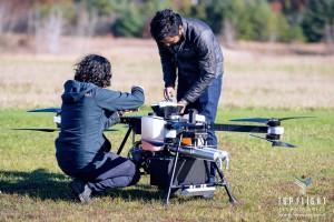 톱 플라이트 직원이 가솔린 엔진을 탑재한 하이브리드형 드론을 테스트하고 있다