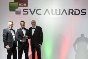 슈나이더 일렉트릭이 SVC 어워드에서 올해의 하이퍼 컨버전스 혁신 부분을 수상했다(가운데는 슈나이더일렉트릭 영국 IT 사업부 닉 레디)