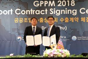 2018 공공조달 수출 상담회에서 퓨렌스 신현삼 대표(왼쪽)가 미국 조달 업무 대행업체인 패스트테크 대표이사 매튜리(오른쪽)와 MOU(조달협력약정)를 체결했다