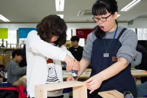 국립중앙청소년수련원 겨울방학 특성화캠프 참가 청소년이 나무를 이용하여 만들기 프로그램을 하고 있다