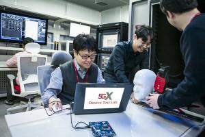 SK텔레콤 5G 디바이스 테스트 랩 연구원들이 계측 장비로 5G 디바이스를 테스트하고 있다
