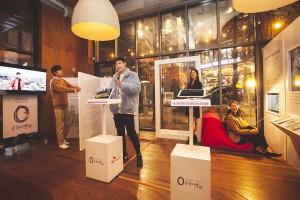 왼쪽부터 0순위여행에 코치로 참여한 김충재, 차인철, 오영주, 오드리가 참가자와 함께 제작한 창작물 앞에서 포즈를 취하고 있다