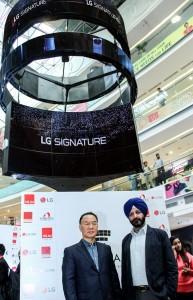 LG전자가 인도 델리 최대 쇼핑센터에 올레드 사이니지를 설치했다