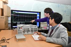 연구원들이 KT와 아이티텔레콤이 협력해 개발한 C-V2X 단말기를 테스트하고 있다