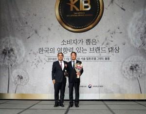 신일 오영석 부사장(오른쪽)이 2019 소비자가 뽑은 한국의 영향력 있는 브랜드 대상을 수상하고 있다