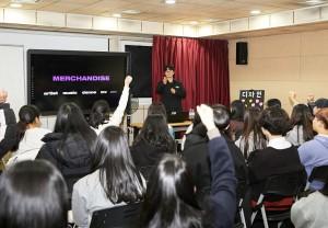 청소년에게 특강 중인 YG 소속 신상훈 디자이너